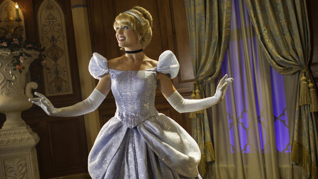 character-meet-cinderella-fairytale-hall-00