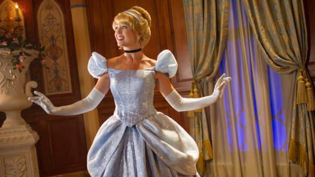 character-meet-cinderella-fairytale-hall-00